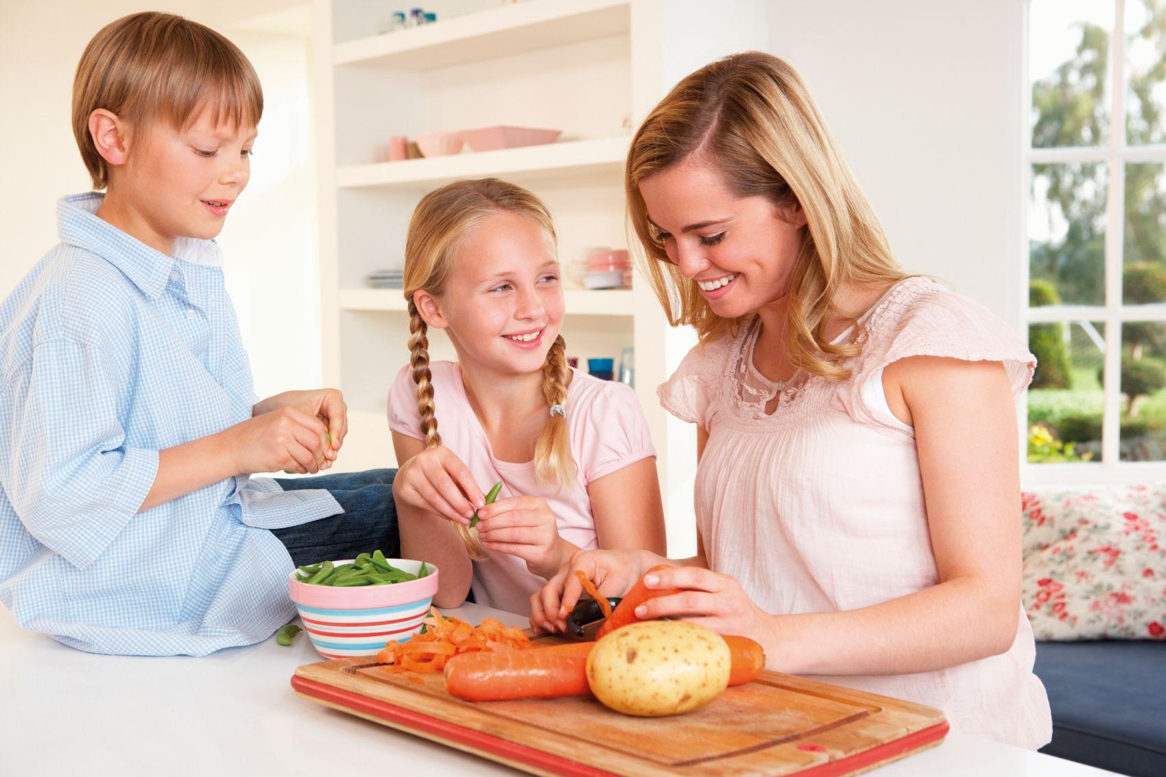 Фото кормит детей и чистит картошку